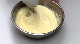 卵白を泡立て砂糖を加える