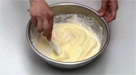 薄力粉をふるい入れ混ぜる